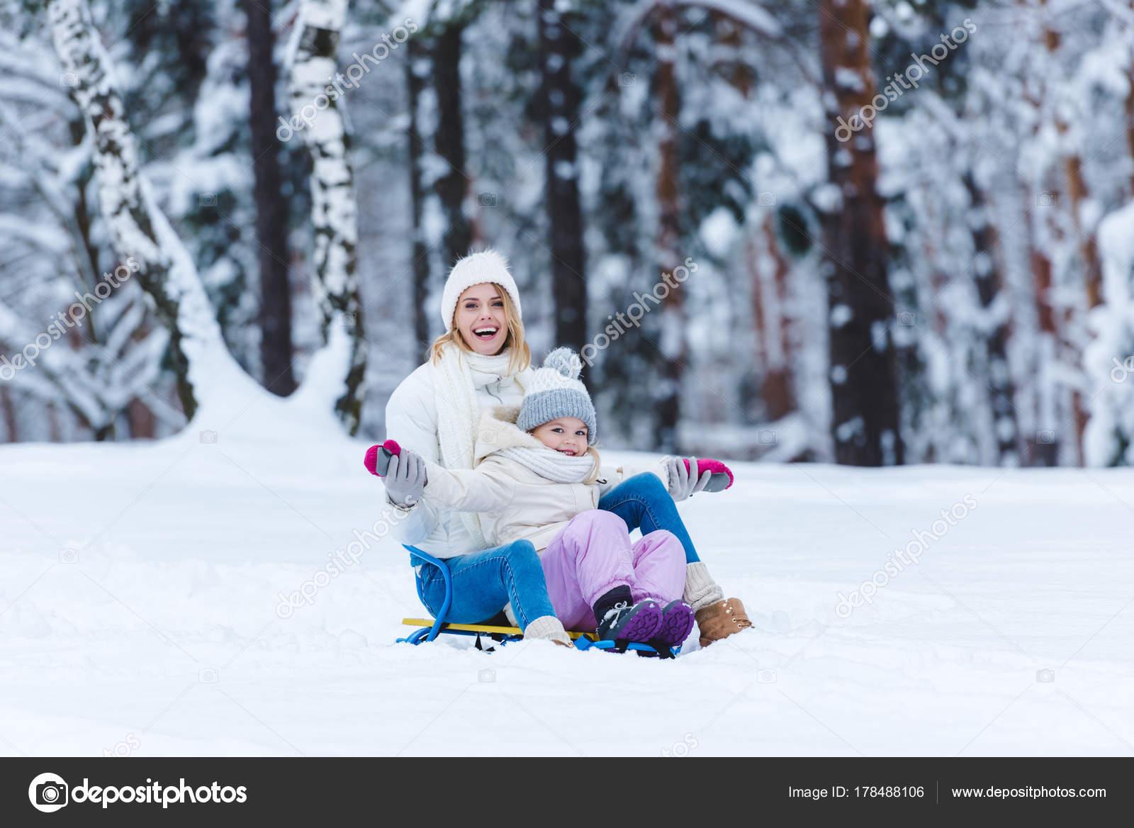 fille heureuse m re luge ensemble winter park photographie allaserebrina 178488106. Black Bedroom Furniture Sets. Home Design Ideas