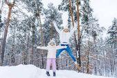 matka a malá dcera baví společně v destinaci winter park