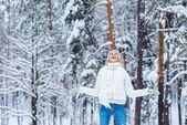 játszik a hó a téli park vidám fiatal nő portréja
