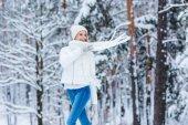 portrét krásné šťastné ženy v zasněžené zimní les