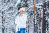 Photo portrait of beautiful happy woman in snowy winter forest