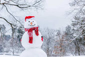 legrační sněhulák v šálu, rukavice a santa hat v destinaci winter park
