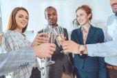 Fotografie obchodní tým slaví s nápojem v brýlích na kancelářských prostor