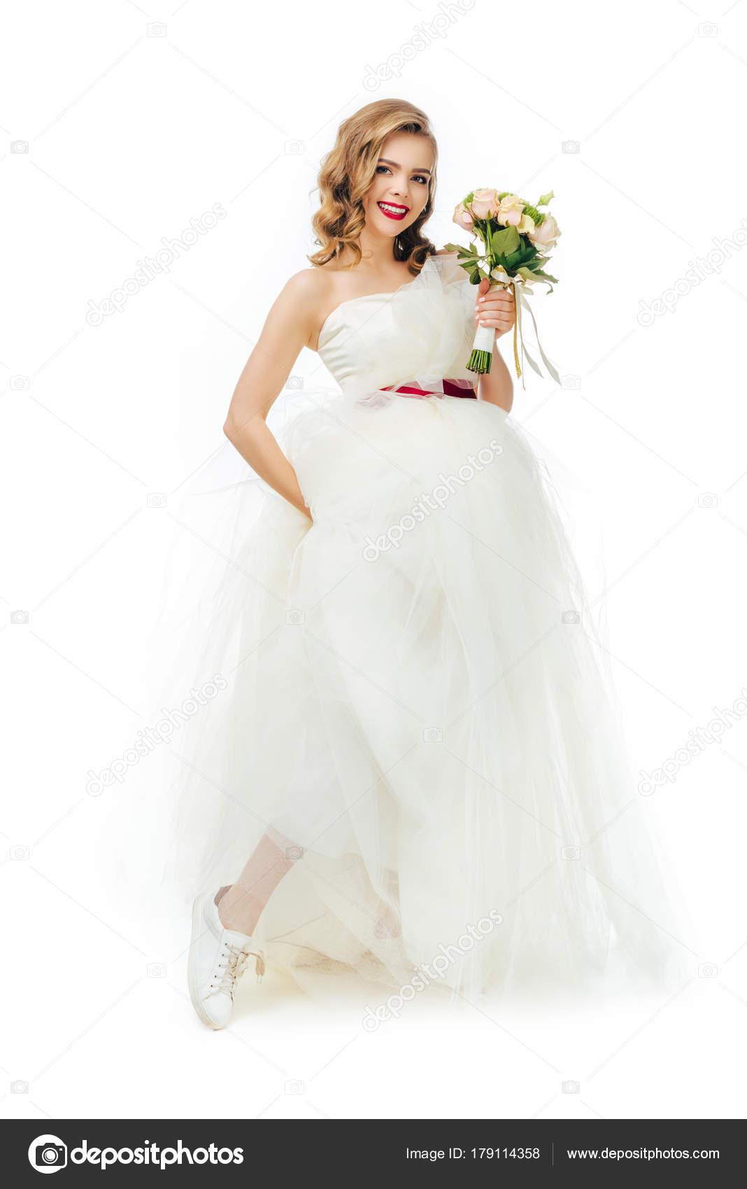 Braut Schonen Hochzeitskleid Mit Blumen Der Hand Lachelnd Isoliert
