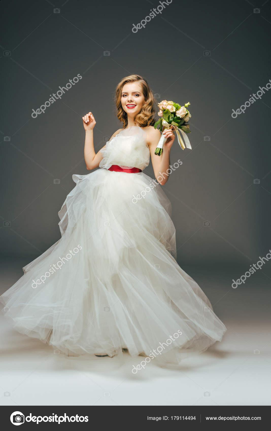 Braut Schonen Hochzeitskleid Mit Blumen Der Hand Lachelnd