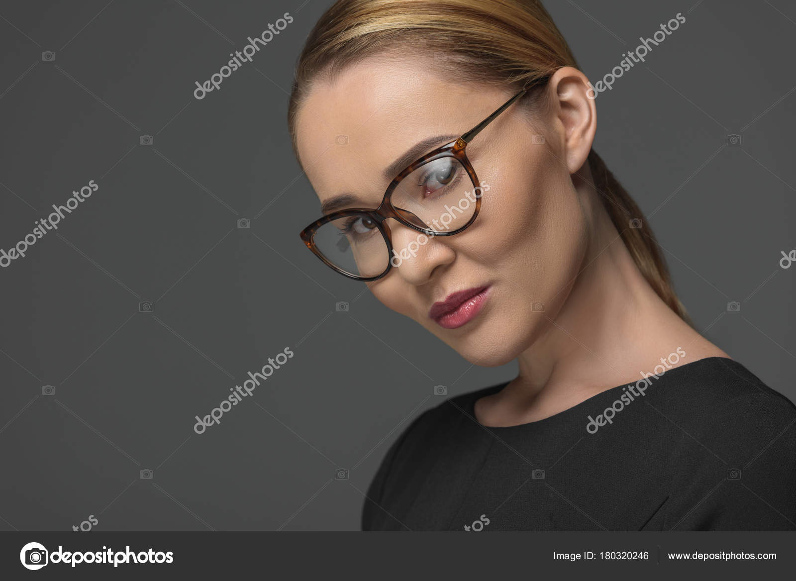 53923de99f68a8 Close Portret Van Mooie Vrouw Van Kazachs Bril Kijken Camera — Stockfoto