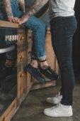 nízké řez mladých Tetovaný páru v kuchyni