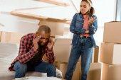 Afrikanisch-amerikanisches Streitpaar zieht in neue Wohnung