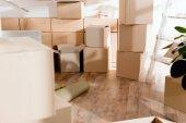 Rollteppich und Kartons in neuer Wohnung, bewegliches Konzept
