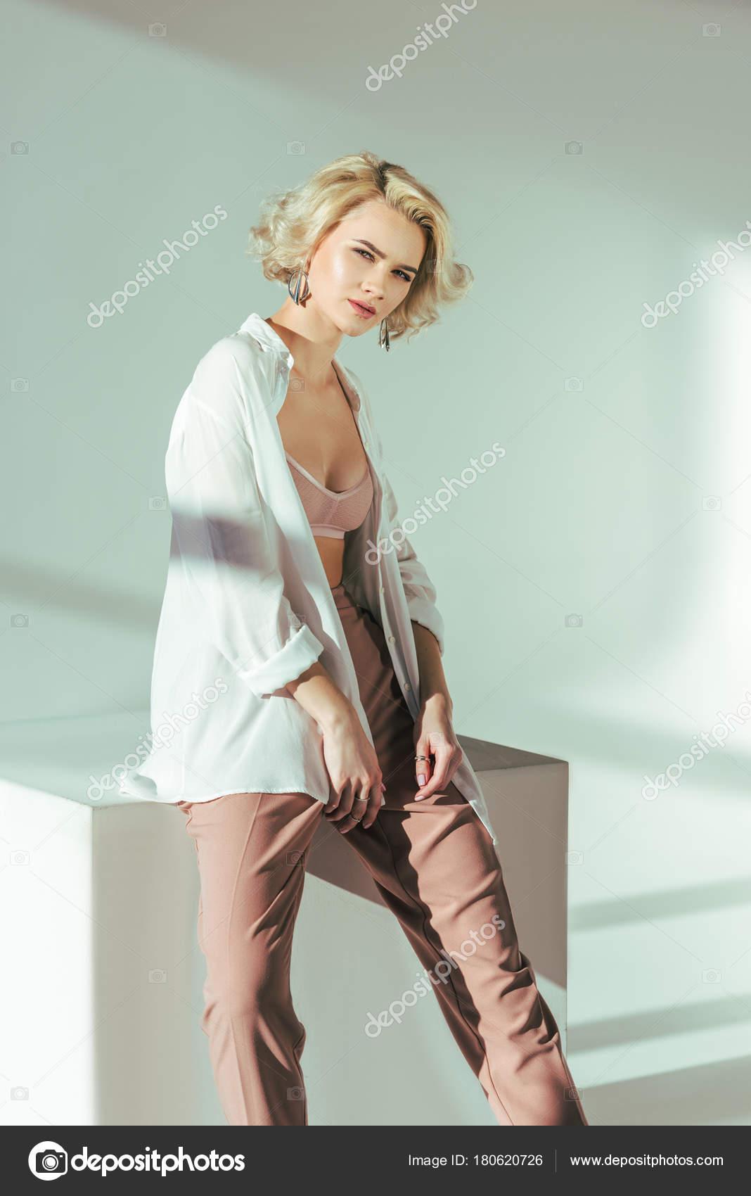 foto-krasivih-blondinkah-v-bryukah-tusovka-kokosovom