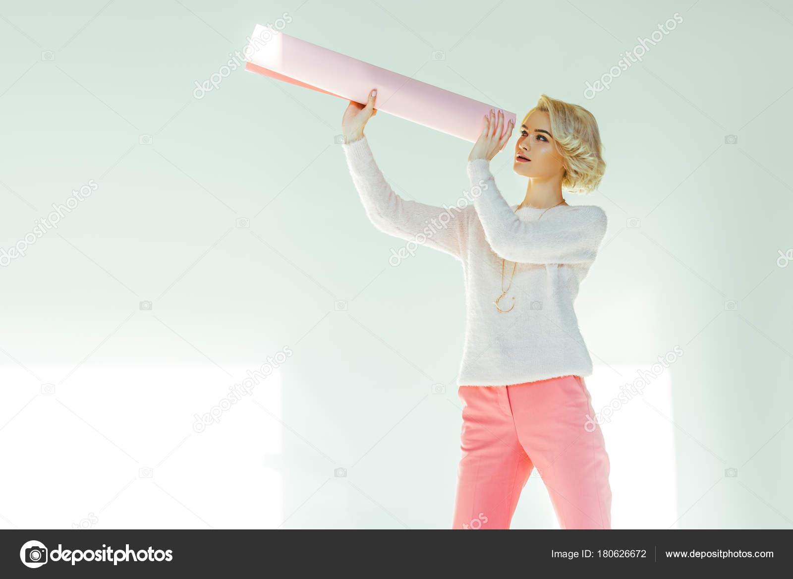 Suche Schöne Bilder schöne schöne frau auf der suche durch gerollte rosa papier