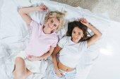 Fényképek a gyönyörű lányok, relaxációs szoba és látszó-on fényképezőgép felülnézet