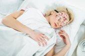 Fotografia ragazza bionda in dormire maschera sul letto