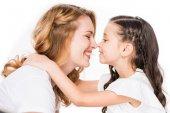 Skvělá dcera pÛdû usmívající se matka izolované na bílém