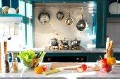 friss zöldségek és fűszerek a tábla üres konyhában