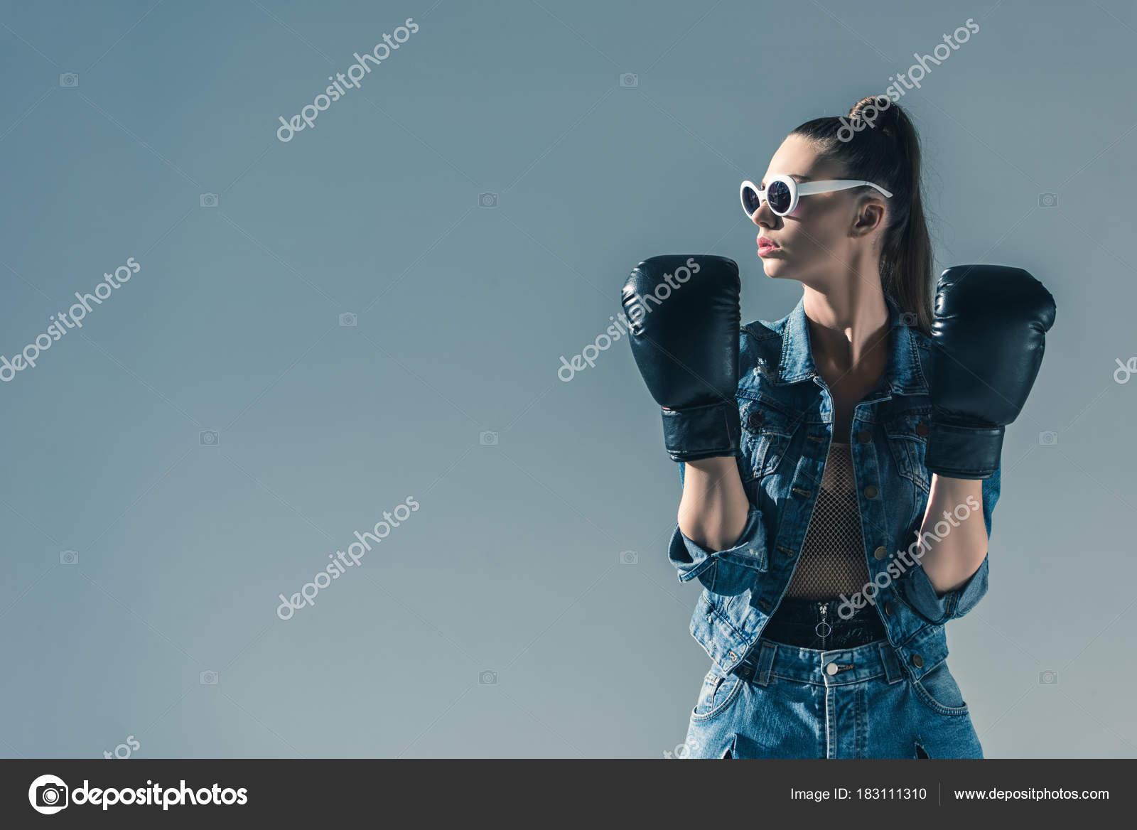 bcf6365e27 Κομψό Κορίτσι Ρούχα Τζιν Και Γυαλιά Ηλίου Που Ποζάρει Γάντια — Φωτογραφία  Αρχείου