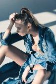 Fotografie Modische junge Frau posiert in Jeanskleidung