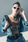 Stylový model představuje v Džínové Oblečení a brýle