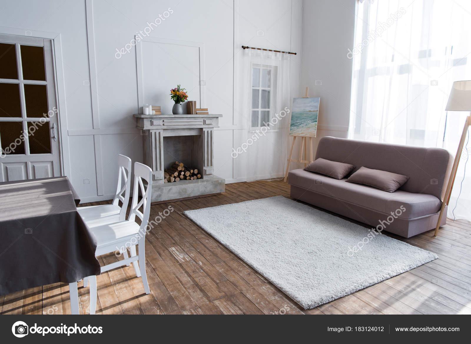 gezellige kamer interieur met stijlvol meubilair stockfoto