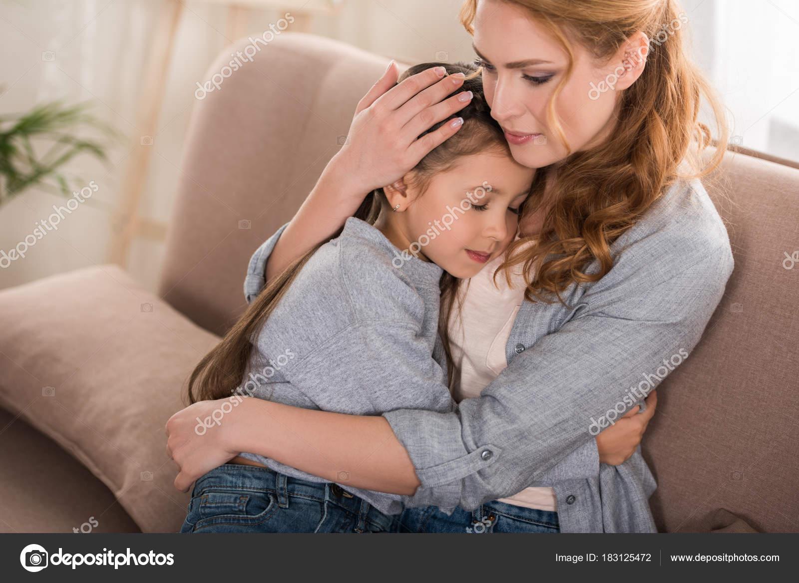 Трахает дочку и ее подругу, Отец трахнул молодую дочь вместе с подружкой 20 фотография