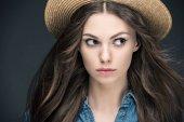 portrét atraktivní dívka s dlouhými vlasy v slamák, izolované Grey