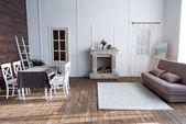Fotografia interno accogliente salone con mobili in stile