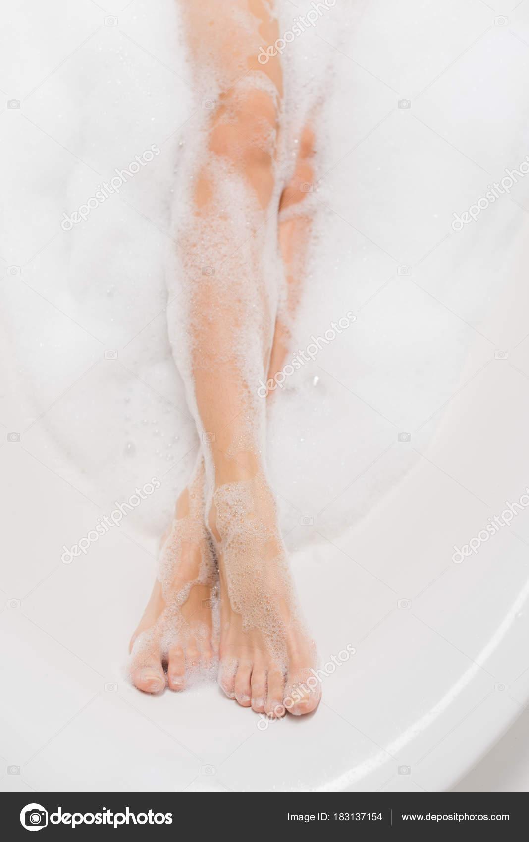 ножки женщины в мыльной пене