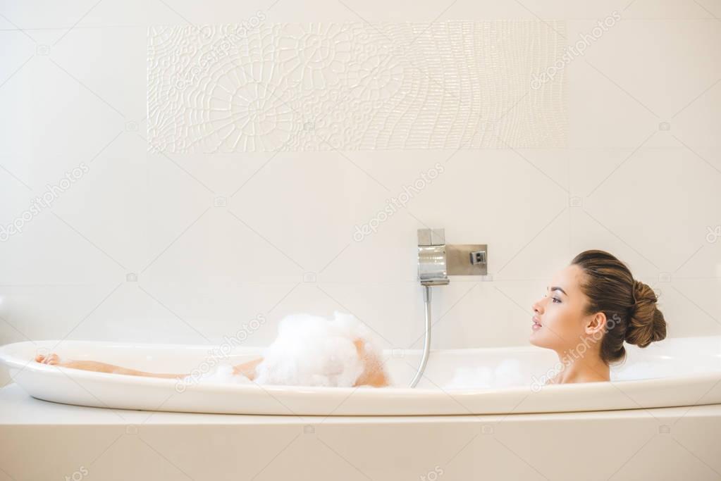 Красивые женские ножки принимают ванну