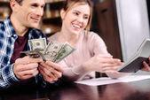 portrét šťastnému páru počítání peněz dohromady doma
