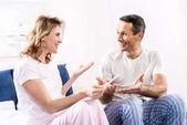 portrét šťastné manželky s těhotenský test a manžel doma