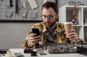 opravář pomocí smartphone podržíte kávy v ruce