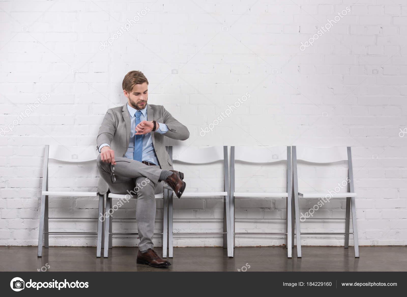 sollicitatiebrief controleren Kaukasische Zakenman Tijd Tijdens Het Wachten Voor  sollicitatiebrief controleren