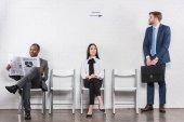 Fotografie multikulturní mladých podnikatelů na formální oblečení, čekání na pracovní pohovor