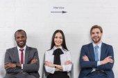 Porträt lächelnder multikultureller Geschäftsleute mit verschränkten Armen beim Warten auf ein Vorstellungsgespräch