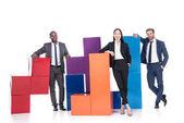 s úsměvem mnohonárodnostní podnikatelé s barevnými bloky izolované na bílém, koncepce týmové práce