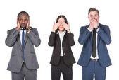 Porträt multikultureller junger Geschäftsleute, die Teile der Gesichter isoliert auf Weiß bedecken