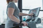 Curvy holka úprava běžecký pás v tělocvičně