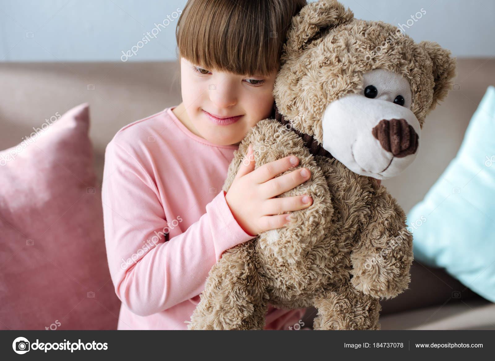 Niño Con Síndrome Sentado Sofá Abrazos Oso Peluche Foto De Stock