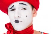 Fotografie portrét grimasy MIME s make-upem izolované na bílém