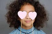 Detailní portrét malé dítě zakrývá oči srdce příznaky izolované Grey
