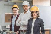 Fényképek a kemény kalap előtt miniatűr várost modell sikeres építész csapat irányítása