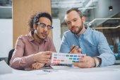 designéři, výběr barvy z palety pro projekt v kanceláři