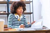 Fotografie Africký Americký student se sluchátky studovat samostatně