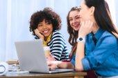 multikulturális csoport fiatal diák tanul együtt