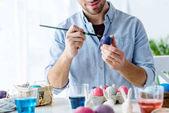 Detailní pohled člověka malování kraslic