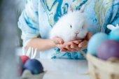 Fényképek Nő gazdaság bunny a színes húsvéti tojás a táblázat