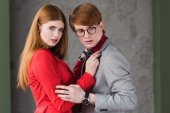 Fotografie Junge attraktive weibliche Modell mit ihrem Freund in Brillen