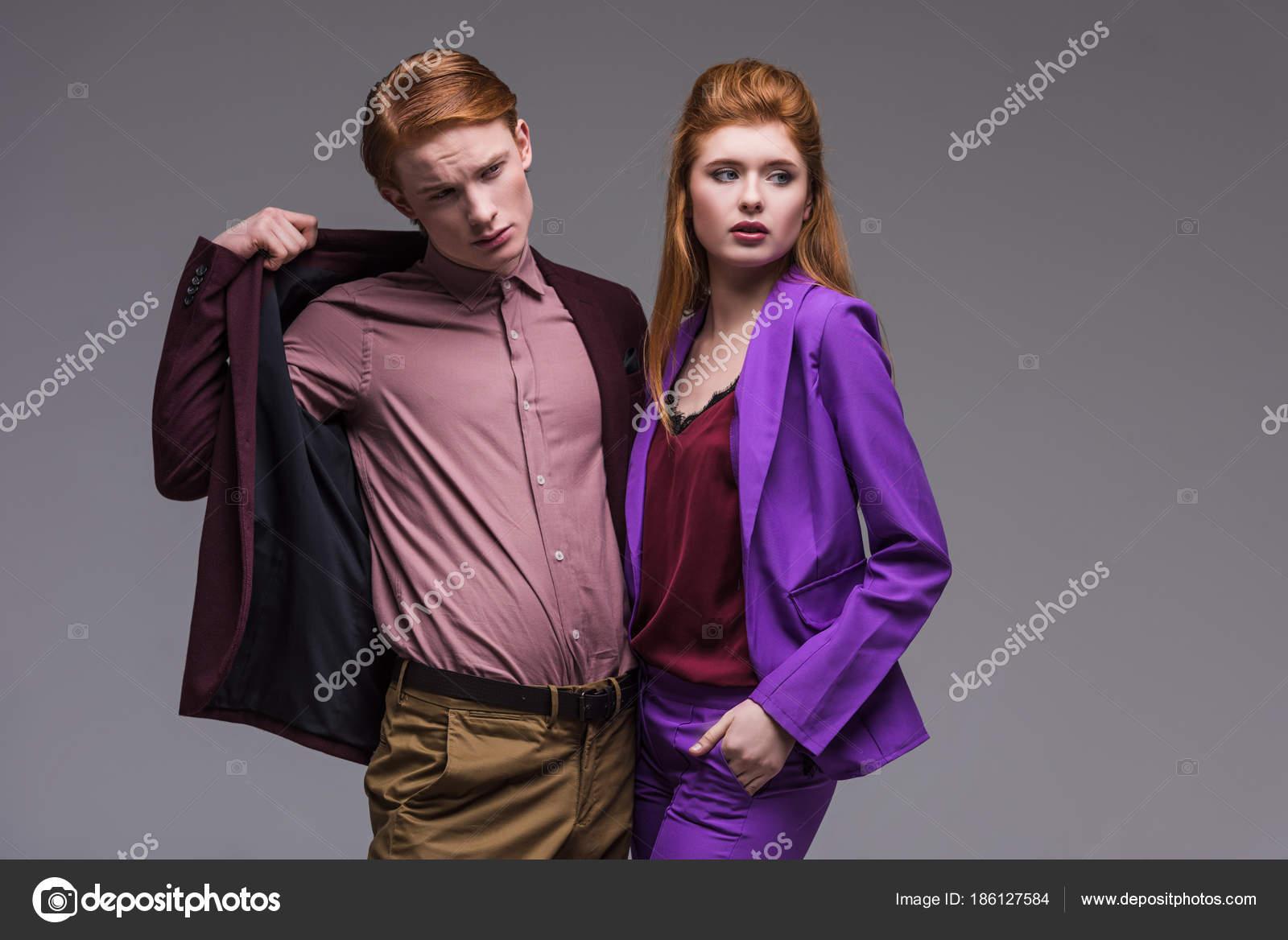 Par Modelos Moda Joven Vestidos Con Ropa Formal Aislado Gris — Foto ...