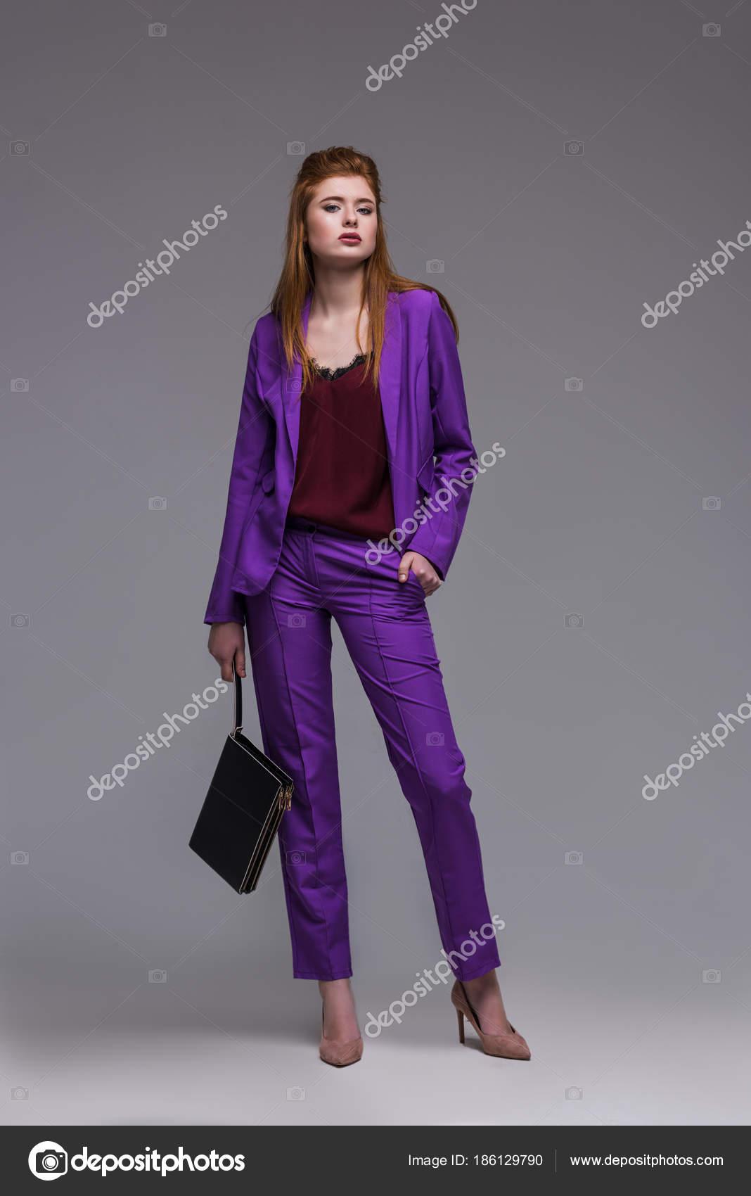 Modelo Moda Mujer Joven Traje Formal Con Bolso Aislado Gris — Fotos ...