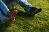 zblízka částečné bosý afroamerické páru v pyžamu strávíme nějaký čas spolu doma